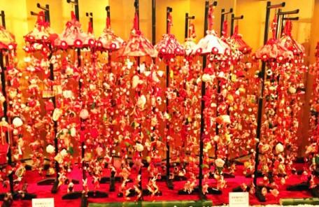 ホテルのロビーには、吊るし雛が豪華絢爛に飾られていました