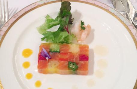 彩り野菜とサーモントラウトのモザイク仕立て海老とお花のサラダのせ2種の柑橘ソースで